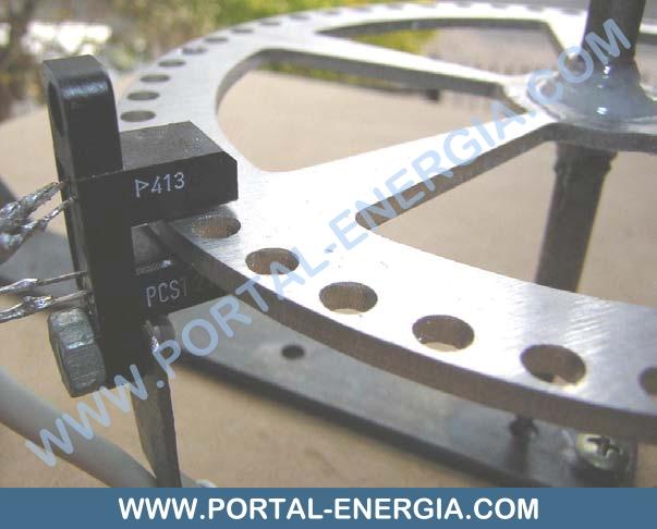 Encoder formado por um disco perfurado e sensor fotoeléctrico
