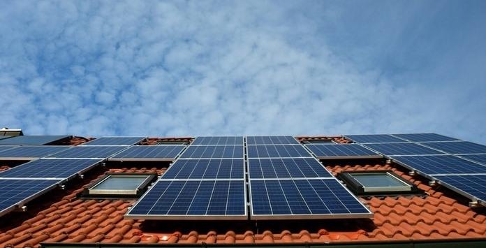 Placas Solares Fotovoltaicas instaladas em telhado