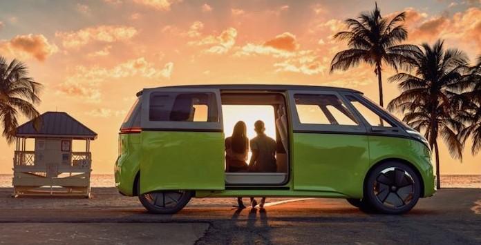 Sunset na praia com o Volkswagen BUZZ